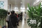 近日有网友爆料在医院疑似偶遇王珞丹,有记者也在协和医院急诊部的确看到王珞丹本人出现,直到下午5时才换便装离开医院。在医院期间,戴着口罩、身着一袭白大褂的王珞丹匆忙进出急诊科的抢救室。