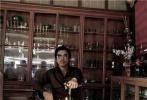 """日前,甄子丹与王晶合作电影《追龙》正在泰国拍摄。《追龙》重拍自经典港片《跛豪》,甄子丹除了在电影中饰演 """"跛豪"""",一身复古绅士范造型抢眼。"""