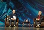 10月10日,国际著名导演史蒂文·斯皮尔伯格携新作《圆梦巨人》现身清华大学,与中国最高学府的影迷们一起畅聊自己的电影世界。此次与电影巨匠斯皮尔伯格面对面交流的机会,让到场的逾400名学生影迷大呼过瘾。现场爆发出阵阵笑声和掌声,最后学生们更是用热情的欢呼送导演离场。斯皮尔伯格首次为新片来华站台,不仅圆了众多影迷多年来想要膜拜大神的梦想,同时也将《圆梦巨人》10月14日上映的声势推向高潮。
