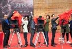 """由丰隆影业出品的英雄奇幻题材电影《三国杀·幻》于10月12日在杭州西溪天堂正式开机。郑伊健、贾青、于荣光、谢天华、林晓峰、逯子、王铮等知名演员实力加盟,让人期待值爆棚。据悉,几位主演在这部影片中都饰演了非常具有挑战性的角色,且让我们拭目以待。与此同时,游卡桌游旗下的同名经典桌游《三国杀》也对丰隆影业的这部影片提供了鼎力支持,共同推动这次电影的制作,打造中国电影市场中的""""高概念影游""""。"""