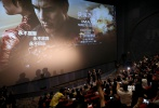 """10月13日,由美国派拉蒙影片公司出品的特工犯罪电影《侠探杰克:永不回头》在广州举行影城见面会。导演爱德华·兹威克,主演汤姆·克鲁斯、寇碧·史莫德斯现身发布会现场,为新片10月21日的中美同步公映宣传造势。继中国站、上海站宣传的热闹场面后,由主演阿汤哥带领的""""侠探三人组""""在众人的翘首期盼中终于来到了广州。作为主创团队来华宣传的最后一站,主创们同在场的众多媒体及粉丝们亲密互动,嗨翻全场,使影片未映先热。"""