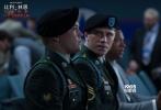 """李安导演将于11月初携新作《比利·林恩的中场战事》亮相内地,分别于11月6日至8日在北京、上海两地举办首映礼。与李安导演同行的主创将包括主演乔·阿尔文以及参与演出的李安儿子李淳等。英国新秀演员乔·阿尔文首次""""触电""""大银幕,表现获得了各方肯定,不仅气质被赞和原著中的比利·林恩非常贴合,甚至为了出演美国士兵而练出一口纯正的""""德州口音"""",让媒体大为佩服导演选角功力。"""