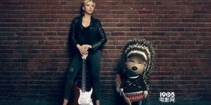 《欢乐好声音》推广图 斯嘉丽·约翰逊变摇滚女孩