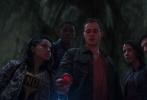 狮门新作《超凡战队》曝光了多张新剧照,五位主角平日普通的校园生活得到更多展示,而他们如何从普通少年蜕变成为战士的心路历程也有所呈现。红衣、粉衣、蓝衣、黄衣、黑衣战士的便装造型朝气蓬勃,举手在课堂上似乎想要发言的场景也是观众十分熟悉的生活。