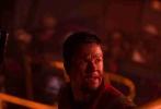 """《深海浩劫》发布了人物海报与""""黄金阵容""""卡司特辑,在曝光的人物海报中,众主创们背靠""""绝望火海"""",满面油污渴望""""逃出生天""""。在同时发布的卡司特辑中,《变形金刚》马克·沃尔伯格、《移动迷宫》迪伦·奥布莱恩加上《超级战舰》导演彼得·博格,超强阵容横跨老中少年龄段,无论是颜值还是演技都是顶级配置。该片已经正式定档11月15日,给观众极致重现当年墨西哥湾的""""惊世之难""""。"""