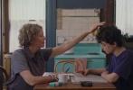 由迈克•米尔斯执导,安妮特•贝宁、格蕾塔•葛韦格、艾丽•范宁三位领衔主演的影片《二十世纪女人》,于近日曝光了全新的预告。在预告中,这三位女性非别处在不同的年龄、社会地位和心理状态上,碰撞出了无数的火花。时值社会思潮变动、碰撞的1979年,各种念头和对于人生的看法撞击在一起,非常有趣。