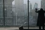 """即将上映的《奇异博士》近日频频曝光物料,昨日漫威和DC联合吸金的消息也引起许多业内人士围观——《神奇女侠》新预告将贴片《奇异博士》,相信会网罗许多漫画粉丝。近日,影片又曝光了大批新剧照,""""卷福""""饰演的博士身披拉风的红色斗篷,成为一代最强法师。"""
