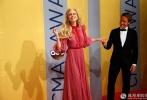 纳什维尔当地时间2016年11月2日 ,第50届美国乡村音乐协会奖(CMA Awards)颁奖典礼。妮可·基德曼(Nicole Kidman)身着长纱裙与老公(Keith Urban)恩爱现身。据悉,好莱坞影星妮可基德曼与歌手老公凯斯厄本结婚迈入第10年,先前曾传出两人因聚少离多,有意提出离婚,10年婚姻告急。但是,凯斯日前就在社交网站上分享与老婆的亲密合照,破除婚变传闻。如今两人同走红毯参加活动,再次验证两人恩爱依旧。
