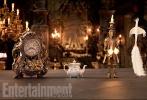 """全明星班底的真人版《美女与野兽》于近日登上了著名杂志《娱乐周刊》的封面并公布了大量的剧照。在剧照上,爱玛·沃森扮演的美女贝儿和卢克·伊万斯所饰演的加斯顿均以完整的造型亮相。此外,众多场景,包括野兽的城堡的内景,以及茶煲太太、烛台先生等""""非人类""""角色也出现在了剧照中。而最令人关注的野兽的造型,也大大方方地出现在了剧照上。野兽头上的角,相当惊艳。"""