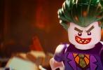 近日,华纳公司出品的《乐高大电影》衍生片《乐高大电影:蝙蝠侠》曝出全新海报。主色调为乐高经典明黄色,DC宇宙中的正反派角色悉数登场,蝙蝠女、蝙蝠侠和罗宾三人居中打头阵,身后小丑、小丑女和管家阿尔弗雷德紧随其后,远处还有超人、神奇女侠、绿灯侠、泥脸、雨果博士、急冻人、毒藤女等DC经典形象。共有近30名角色登场,让DC死忠粉大呼过瘾。