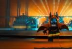 """近日,华纳公司出品的《乐高大电影》衍生片《乐高大电影:蝙蝠侠》曝出一条新预告。在这则预告片中,除了一贯的插科打诨,""""家庭""""成了新主题。老管家阿尔弗雷德一针见血地指出内心孤独的蝙蝠侠最大的恐惧不是蛇和老鼠,而是再次成为""""家庭""""中的一员。"""