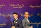"""近日,上海杜莎夫人蜡像馆新增设的时尚专区启幕。首位入驻的明星——""""国民上仙""""霍建华到场剪彩,并与自己的蜡像合影比帅。"""