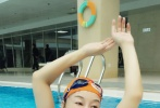 """11月7日,刘晓庆在微博中晒出自己的泳池照,""""出水芙蓉""""的样子引发网友点赞。刘晓庆在微博中配文称:""""我的休息日。以游泳的方式来'休息'一天,1000米!""""照片中,刘晓庆素颜出镜,不时摆出各种造型,身材十分妖娆。"""