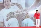 """11月6日,成龙新片《功夫瑜伽》在上海举行首场发布会,导演唐季礼携主演成龙、李治廷、母其弥雅、姜雯亮相。当天的发布会在WEC上海赛车场赛道正上方的""""空中平台""""举行,飙车主题氛围十足。成龙透露,影片拍摄中动用了价值2个亿的豪车,他在飙车过程中旁边还坐着一只狮子。据悉,电影《功夫瑜伽》将于2017年1月28日大年初一正式上映。"""