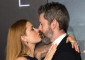 艾米·亚当斯透视装亮相《降临》首映 与老公狂吻
