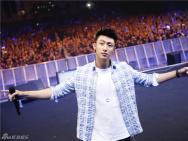 黄景瑜亚洲巡演现场火爆 亲笔信致粉丝感动全场