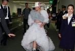 无论在舞台上还是舞台下,Lady Gaga的夸张而华丽的造型都是人们的谈资。而在上周日,她又将自己的风格提高到了另一个层次。从日本返美的她造型是如此卓尔不群,非同凡响,再度惊掉了围观群众们的下巴。