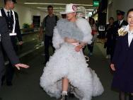 Lady Gaga从日本返美 夸张透视裙亮相机场成焦点