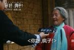 """由中国话剧金牌导演饶晓志执导的荒诞悬疑喜剧电影《你好疯子》即将于12月9日上映,日前片方曝光了一支病毒视频,以""""疯子""""逃出精神病院街采的形式观察路人对""""疯""""的态度,结果疯子反被路人逼疯,笑果十足!"""