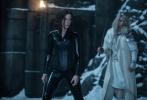 """备受关注的《黑夜传说5:血战》于近日发布了全新的预告。在预告中,凯特·贝金赛尔所扮演的塞勒涅再度成为了吸血鬼和狼人大战的焦点。在前辈的指引下,她向着北方前景,在冰天雪地中,得到了出人意料的""""神力""""。在随后的战斗中,她的可以隐身以及快速移动的能力,成为了制胜的关键。而且,塞勒涅的血统并不纯正,所以这也给她在战斗中带来了大量的便利。"""