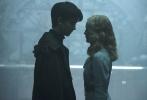 """即将于12月2日上映的,由蒂姆·波顿执导的奇幻冒险电影《佩小姐的奇幻城堡》今日又曝光了一支精彩片段,在这个全民着急脱单、强制剁手的双11光棍节里,向单身狗们尽情撒起了狗粮。在片段中,阿沙·巴特菲尔德(《安德的游戏》)饰演的男主角杰克和艾拉·珀内尔(《沉睡魔咒》)饰演的艾玛这对有暧昧情愫的年轻人正式相见,唯美的场景和艾玛身上仙女系""""漂浮""""技能,让这对少男少女的邂逅充满了浪漫气息。"""