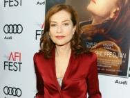 《她》首映 于佩尔着红西装气质慵懒低胸性感