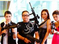 《辣警霸王花》粤语预告 霸王花持双枪战马来西亚