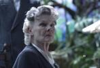 """由好莱坞""""鬼才""""导演蒂姆·波顿执导的《佩小姐的奇幻城堡》即将于12月2日在中国内地上映。片方二十世纪福斯再度曝光了一支中文特辑,特辑介绍了片中的一些""""女超人""""角色,氢气女、怪力萝莉以及能使植物生长的小女孩等等,其中最重要的还有""""城堡""""主人佩小姐,她更像是女版的""""X教授"""",是这群超能力孩子的看护人和领导者,她是一名能操控时间的银布林,能变幻成大鸟。佩小姐由魅力女神爱娃·格林饰演,她因出演《007:大战皇家赌场》获得众多观众青睐。"""
