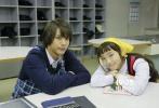 凭借创作《近距离恋爱》等少女漫画而获得人气的作者御木本凛另一部作品《今天的吉良君》曝光新片场照,展现了中川大志、饭丰万理江等演员们在片场感情亲密模样。