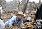 """曾凭借《勇敢的心》包揽奥斯卡五项大奖的天才导演梅尔·吉布森,将携最新战争巨制《血战钢锯岭》于12月8日登陆全国院线,并于今日曝光""""孤胆营救""""海报和全新剧照。影片北美率先公映后,在IMDb以8.7的超高分数领跑年度电影口碑。这部被外媒称作""""迄今最过瘾的战争片"""",无疑将为观众还原最震撼、最猛烈,也最真实的二战战场。"""