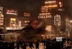 """由华纳兄弟电影公司出品、J.K.罗琳首任编剧的3D魔幻巨制《神奇动物在哪里》,将于11月25日登陆内地银幕。11月15日,影片举办了北京媒体试映,罗琳时隔五年后的新作揭开面纱,映后口碑持续升温,媒体力赞""""惊喜连连""""、""""年度最佳""""叹服""""罗琳阿姨成功开创了一个全新的魔法世界""""。今日(11月17日),影片曝光口碑版预告,除扣人心弦的新镜头让人肾上腺素飙升以外,同时还汇集一波国外媒体与粉丝口碑。综合目前各方口碑来看,《神奇动物在哪里》坐稳了""""年度必看""""的好评。"""