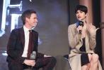 """阔别《哈利·波特》系列5年之后,J.K罗琳新作《神奇动物在哪里》终于再度将大家带回魔法世界。11月25日,这部影片将正式登陆内地院线,为了宣传造势,导演大卫·叶茨携全主演阵容""""小雀斑""""埃迪·雷德梅恩、凯瑟琳·沃特斯顿、丹·福勒及艾莉森·萨多尔一同造访北京。"""
