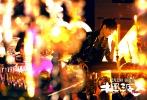 """由王家卫监制、张嘉佳执导的贺岁爱情喜剧《摆渡人》将于2016年12月23日全国上映。影片不但汇集了梁朝伟、金城武、陈奕迅三位殿堂级男神,杨颖(Angelababy)、张榕容、杜鹃、熊黛林几位完美女神,更集合了大鹏、马苏、崔志佳、贾玲、李璨琛等知名演员,以及李宇春、鹿晗两位超级偶像,堪称""""黄金阵容""""的贺岁档大片。"""