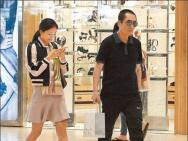65岁张艺谋陪娇妻陈婷香港逛街 宠妻狂魔寸步不离