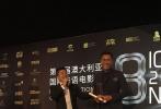 """11月19日,由国际华语电影节组委会主办的第8届澳大利亚国际华语电影节在悉尼举办了隆重的颁奖典礼。由广西首尔文化传播公司、广西电影集团、美丽雨文化传媒等联合出品的电影《越囧》,摘得两项组委会推荐大奖。不仅影片喜获""""国际华语电影节组委会推荐合拍片"""";香港演员马德钟凭借在片中的出色表现,更是将""""国际华语电影节组委会推荐男演员""""揽入怀中。从而使该片成为此次电影节的一匹备受瞩目的黑马。与之并驾齐驱的是由陈坤、白百何主演的《火锅英雄》,成为当晚另一大赢家。"""