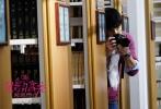 """即将于11月25日上映的青春爱情喜剧《最萌身高差》今日曝光跨次元主题海报,海报以黄色手绘图案为背景,身高相差40cm的两位主角高以翔和王水林上演""""爱的抱抱""""。高以翔高大帅气,王水林萌态十足,最萌""""身高差""""的效果与背景图案相得益彰,与影片的2.5次元世界紧密契合,充满了奇妙的化学反应。"""