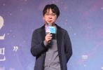 """昨晚,在全球多个国家和地区掀起""""日式小清新""""风的动画电影《你的名字。》在京举行首映。22日,该片导演新海诚又来到中国传媒大学,与正在学习动漫的同学们进行了一场""""专业对口""""的学术交流。"""