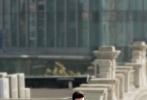 由基美影业出品,宋啸执导,王郢编剧,陈赫、宋智孝、大卫·贝尔、肖央、以及实力演员李媛、李淳、邰智源、何赛飞、阚清子出演的动作喜剧电影《超级快递》,将于12月2日作为贺岁开篇登陆全国院线与观众见面。今日,影片曝光了全球跑酷之父大卫·贝尔的剧照,这位国际级动作男神在上海的弄堂街巷中上演了代表世界顶级水准的跑酷绝技,帅到炸裂的动作身影呈现出燃爆刺激的动作大片质感,也必将为其在中国带来无可估量的人气和粉丝影迷。