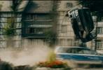 """将于12月2日抢先登陆中国院线的年度竞速动作大片《极速之巅》,自从公布档期以来就备受瞩目。《极速之巅》的外文片名正是""""Autobahn"""",在这趟不限速的加足马力惊心动魄的亡命之旅中,最豪剧组集齐了47辆全球顶尖天价珍贵超跑,捷豹系列、阿斯顿马丁和梅赛德斯奔驰等价值近千万美金的名车重装登场。连番上演狂飙、翻滚、扫射、爆破等劲爆动作场面,奢侈程度令人咋舌,惊险程度超乎想象。电影通过超强后期剪辑还原出无比真实的竞速场景,上演风驰电掣般的速度之美,激发肾上腺素飙升,手心不断出汗"""