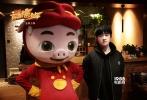 第四部猪猪侠电影《猪猪侠之英雄猪少年》将于2017年1月7日正式登陆全国院线。日前,片方公布了一组配音花絮照,正式宣布TFBOYS易烊千玺加盟该片,为其中一个角色担任配音。但具体为哪个角色配音却玩起了神秘,吊足粉丝胃口。