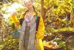 一向以性感美艳形象示人的女神舒淇,却因在电影《健忘村》中的扮丑表现让熟悉她的观众们震惊不已。而近日曝光的最新时尚大片,又将平日那个美丽迷人的舒淇送回观众视野。身穿时尚成衣的她秒变漫步田园的摩登少女,与《健忘村》中的秋蓉形成极大反差。