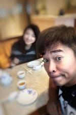 吴宗宪晒与二女儿模糊合照 网友:看起来很可爱