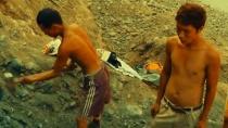 《翡翠之城》曝片段 实拍工人大山挖玉木板渡河