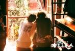 """由王家卫监制、张嘉佳执导的贺岁爱情喜剧《摆渡人》将于2016年12月23日全国上映。不管是导演张嘉佳的粉丝、监制王家卫的影迷、还是影片中几位主演的支持者,都对这部影片的上映充满期待。近日影片岁月版主题曲《十年》MV发布,马力(陈奕迅 饰)和小玉(Angelababy 饰)之间的故事被原著小说的读者盛赞""""还原度极高"""",看过之后再次体会到当年读书之后的那份感动。"""