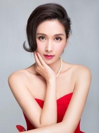 杨恭如新年大片曝光 红色蕾丝裙大秀香肩优雅迷人