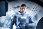 """由美国哥伦比亚影片公司出品,由《饥饿游戏》詹妮弗·劳伦斯和《侏罗纪世界》克里斯·帕拉特联袂主演的《太空旅客》已在全球热映,片方发布""""光影太空""""人物海报,穿着太空服的两人神情严肃,似乎正在面对一个十分棘手的局面。据悉,电影《太空旅客》将于17年1月13日正式登陆内地大银幕。"""