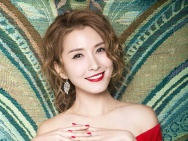 徐洁儿最新性感新年写真 露肩红裙展现傲人上围