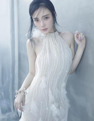 李小璐白色纱裙秀香肩 清新脱俗尽显少女攻气质
