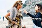 """《神奇女侠》近日曝光最新片场照,盖尔·加朵饰演的""""神奇女侠""""肤白貌美,身穿紧身盔甲显得英气十足,美胸长腿吸睛,十分性感。她在片场与导演积极沟通,以期达到大家预设的呈现效果,而背景中沙滩、小岛和碧海蓝天也是稀世美景,目前来看《神奇女侠》中会曝光一些观众平时难以见到的景象。"""