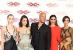 当地时间1月10日,电影《极限特工:终极回归》(xXx: Return of Xander Cage)首映礼。甄子丹与妻子汪诗诗亮相,汪诗诗一袭红裙大秀东方美,宝莱坞一姐迪皮卡·帕度柯妮(Deepika Padukone)同样一身红裙美艳十足,范·迪塞尔(Vin Diesel)获众美女簇拥,对镜比特工手势霸气侧露。鲁比·洛斯(Ruby Rose)裹身长裙身材曼妙。妮娜·杜波夫(Nina Dobreva)蓝色蓬蓬裙变公主。赫敏·科菲尔德(Hermione Corfield)绑带裙秀深V。